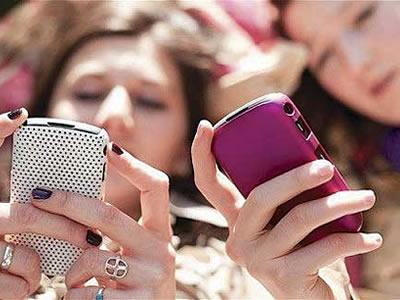 Jóvenes que pasan más tiempo en el celular son más infelices — Estudio