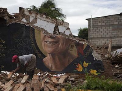 Ascienden a 96 los muertos por el terremoto