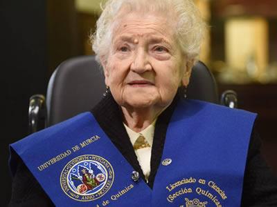 Mujer de 94 años retoma su Licenciatura en Química