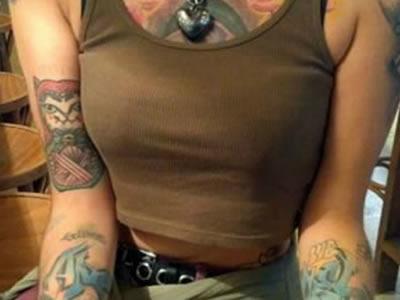 Aeroméxico no deja viajar a pasajera por estar tatuada